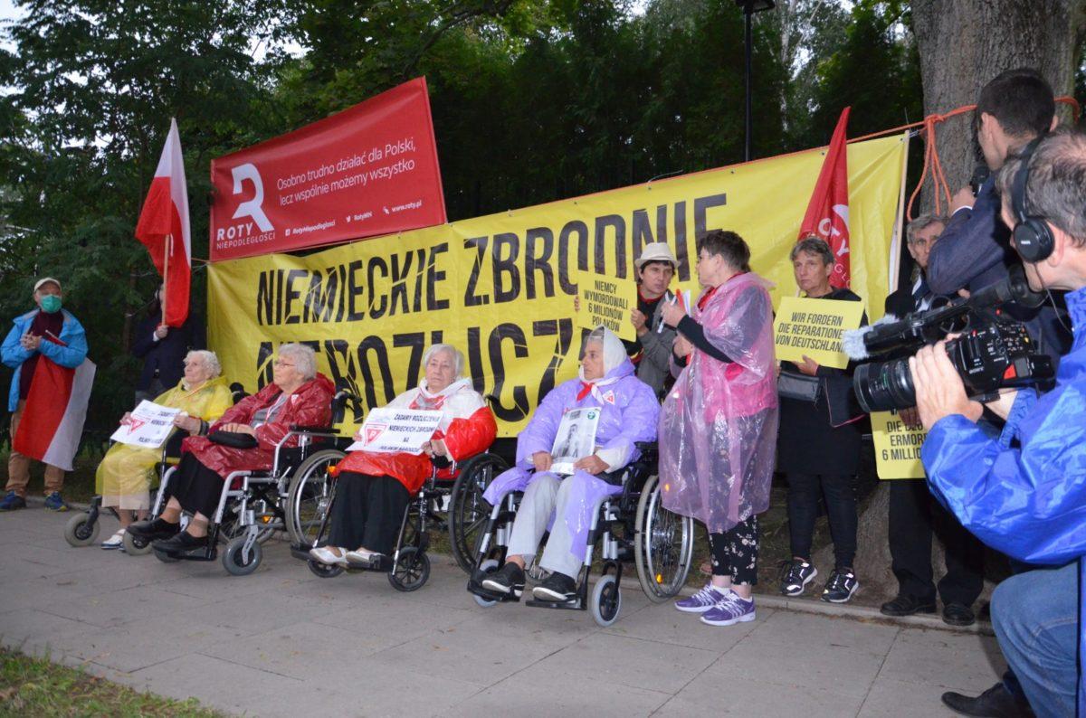 """Pikieta pod Ambasadą RFN: """"Żądamy reparacji od Niemiec"""""""